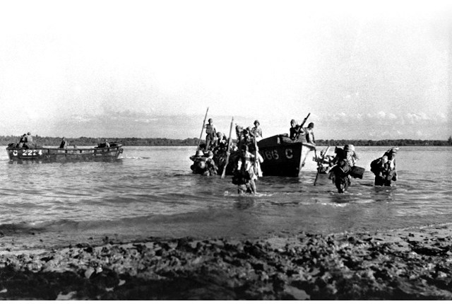 WWII Tour japanese-troops-landing-in-singapore.jpg